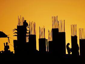 Palästinenser beim Wiederaufbau im kriegszerstörten Ramallah.