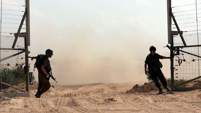 Israelische Soldaten schließen einen Übergang zum Gazastreifen.