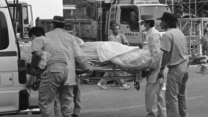Nach dem Unfall in Tokaimura wird ein Verletzer abtransportiert.