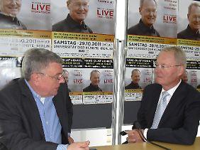Hans-Olaf Henkel (r) im Gespräch mit Manfred Blaskin.