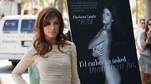 Elisabetta Canalis vor ihrem PETA-Poster.