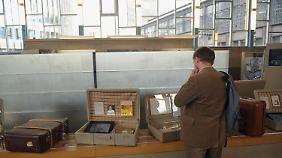 In der früheren Abfertigungshalle für Ausreisen nach West-Berlin werden originale Schilder, Fotos und Dokumente gezeigt.