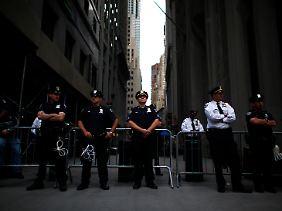 Freie Meinungsäußerung: Für alles andere hält die New Yorker Polizei Kabelbinder bereit.