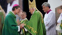 Papst Benedikt XVI. (r.) und Rainer Maria Woelki bei einer Messe im Olympiastadion in Berlin im September 2011.