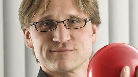 Carsten Brandenberg ist Fachtherapeut und Gedächtnistrainer an der Klinik für Geriatrie, Memory Clinic in Essen und Vize-Vorsitzender des Bundesverbands für Gedächtnistraining e.V.
