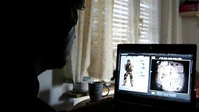 """Ein Mann spielt das Onlinespiel """"War Rock""""."""
