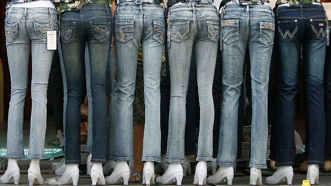 Weltweit werden jährlich circa fünf Milliarden Jeanshosen produziert - nur nicht in den Ländern, in denen sie hauptsächlich verkauft werden.