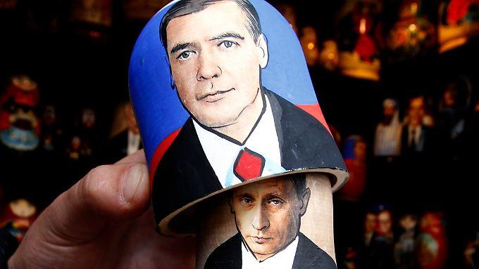 Russische Machtspiele: Putin und Medwedew tauschen Ämter