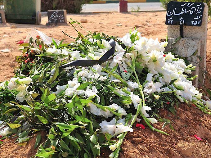Ein Bild, das Nedas Grab zeigen soll. Die Arbeit der Journalisten im Iran wird derart behindert, dass selbst diese Aussage nicht als Faktum präsentiert werden kann.