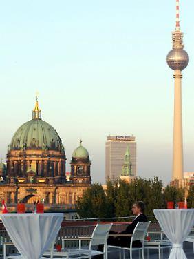 """Blick von der Dachterrasse des """"Hotel de Rome"""" in Berlin am Bebelplatz - im Hintergrund der Berliner Dom, das Hotel Park Inn und der Fernsehturm."""