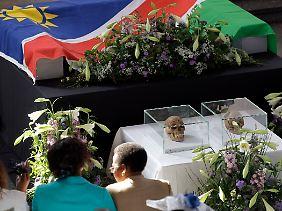 Am Donnerstag fand in der Berliner Matthäuskirche ein Gedenkgottesdienst statt. Hier waren erstmals zwei der Totenschädel öffentlich zu sehen.