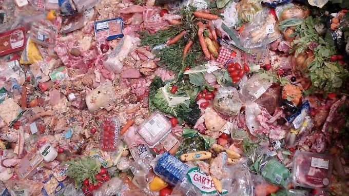 Viel zu viel Lebenmittel wandern in den Müll.