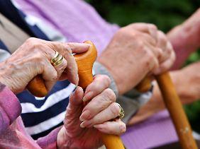 Rente sinkt: Jede dritte Frau kommt überhaupt nur über das Existenzminimum.