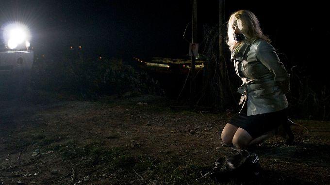 Die gefesselte Sigrun Karrenbrock (Constanze Weinig) ahnt, dass sie sterben wird.