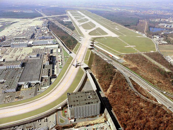 So könnte der Tageslichtbetrieb bald aussehen: Die neue Landebahn Nordwest mit den beiden Brücken über die A3 (Computergrafik).