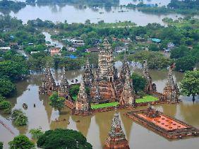 Die berühmten Tempel in Ayutthaya stehen unter Wasser.