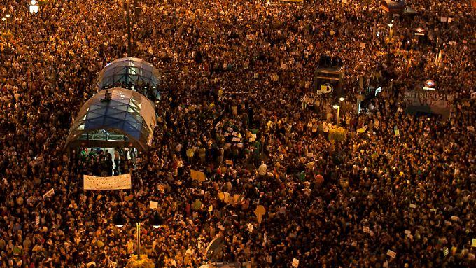 Demonstranten ziehen durch Madrid.