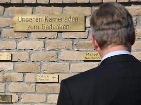 Der Bundespräsident am Ehrenmal für die gefallenen deutschen Soldaten.