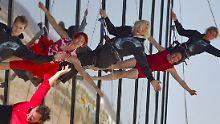 Branson (Mitte) seilt sich mit Akrobaten vom neuen Hangar ab.