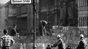 Mauerbau an der Bernauer Straße im August 1961.