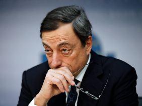 Mario Draghi, der neue Chef der EZB, verkündet die Senkung des Leitzinses.