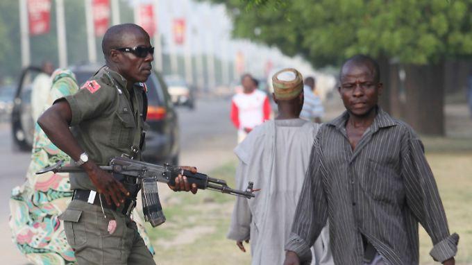 Ein Polizist patrouilliert in der Stadt Maiduguri (Archivbild).