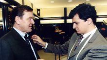 Gerhard Schröder (l.) lässt sich von Master-Tailor Angelo Petrucci (r.) des italienischen Nobelschneiders Brioni einkleiden (Archivbild Mai 1998)
