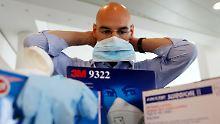Außendienstmitarbeiter der Telekom erhalten im Notfall ein Paket unter anderem mit Mundschutz und Handschuhen.
