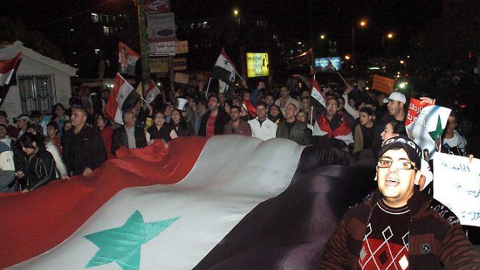 Syrischer Protest in Damaskus vor der Botschaft in Katar.