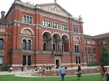 Mit Wasserspielen und Cafe: Innenhof des Victoria and Albert Museums in London.