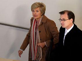 Friede Springer auf dem Weg in den Zeugenstand: Das Gericht will von ihr wissen, ob sie vor der Insolvenz von Leo Kirch mit der Deutschen Bank oder mit anderen Verlegern über Kirchs Springer-Aktien gesprochen habe.