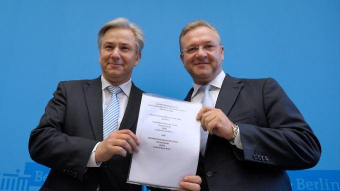 Klaus Wowereit und Frank Henkel mit den gesammelten Zielen von Rot-Schwarz.