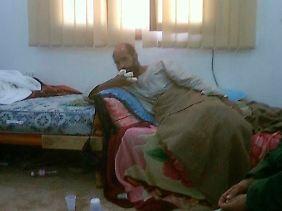 Dieses Foto des libyschen Fernsehens sollte den Menschen im Land zeigen, dass der in Decken gehüllte Gaddafi-Sohn wirklich festgenommen wurde.