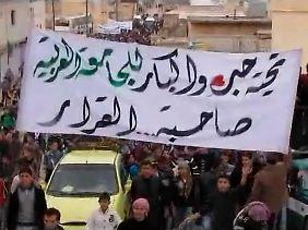 """Danke an die Arabische Liga"" - Anti-Assad-Demonstration in Kafranbel nahe Adlb."
