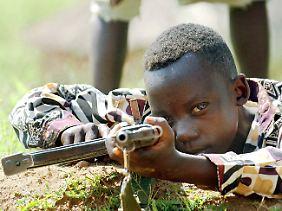 Ein 10 Jahre alter Kämpfer der sogenannten Union Kongolesischer Patrioten.
