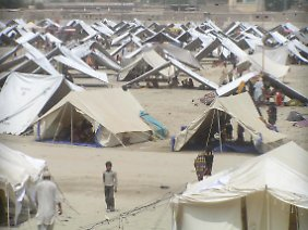 Blick über ein Zeltlager für Flutopfer in Larkana. Pakistan ist das am stärksten von Wetterkatastrophen geschundene Land 2010, wie aus dem Klima-Risiko-Index der Organisation Germanwatch hervorgeht.