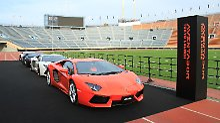 Lamborghini präsentiert den Aventador LP 700-4 im Nationalstadion in Tokio.
