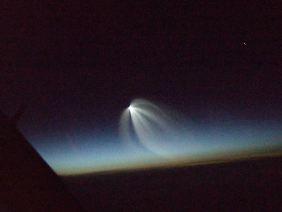 """Das Foto zeigt eine """"glühende Himmelsspinne"""", die ein Lufthansa-Pilot am 20.11.2009 über dem Nordatlantik bei Grönland morgens beobachtete und fotografierte."""