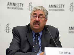 Wolfgang Grenz, Generalsekretär von Amnesty International in Deutschland, stellt den Bericht vor.