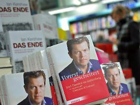 """Lukrativ ist Guttenbergs Comeback-Versuch in jedem Fall: In der Bestsellerliste des """"Spiegel"""" steht das Buch, das er nicht einmal selbst geschrieben hat, auf Platz 2."""