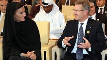 Bundespräsident Wulff unterhält sich mit der Frau des Emirs von Katar, Scheicha Moza bint Nasser.