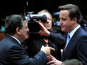 Kommissionspräsident Barroso (l.) spricht mit Cameron auf dem Gipfel in Brüssel.