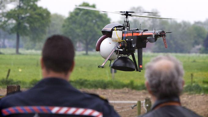 """Der Schrecken aller illegalen Pflanzenbauer: der """"Haschisch-Helikopter"""" der niederländischen Polizei, ausgestattet mit Duftsensoren."""
