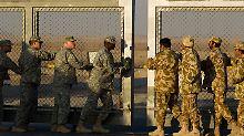 Symbolisch wird das Tor geschlossen.