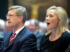 Das Ehepaar Wulff beim gemeinsamen Singen in der Gedächtniskirche.