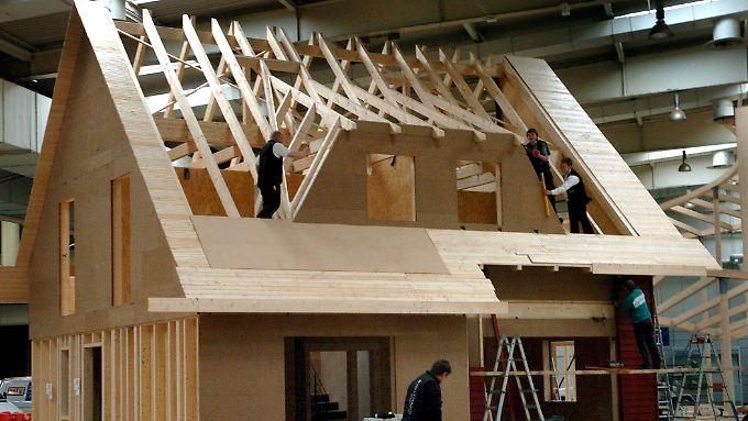 Holzhäuser lassen sich gut als Fertigbauten realisieren.