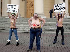Alexandra Nemtschinowa (M.), Inna Schewtschenko und Oxana Saschko vor dem KGB-Hauptquartier in Minsk.
