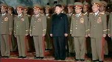 Neue Führungsriege, alte Familie: Der neue Oberbefehlshaber Kim Jong Un inmitten seiner Generäle, inklusive Jang Song Thaek (zweiter von links)