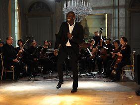 Mit Klassik hat er es nicht so - Driss tanzt für Philippe an dessen Geburtstag zu Earth, Wind and Fire.