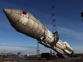 """Lieber vorsichtig Aufrichten: Im kasachischen Baikonur bereiten russische Raketentechniker eine Trägerrakete vom Typ """"Proton-M"""" mit drei Glonass-Satelliten an Bord für den Start vor."""